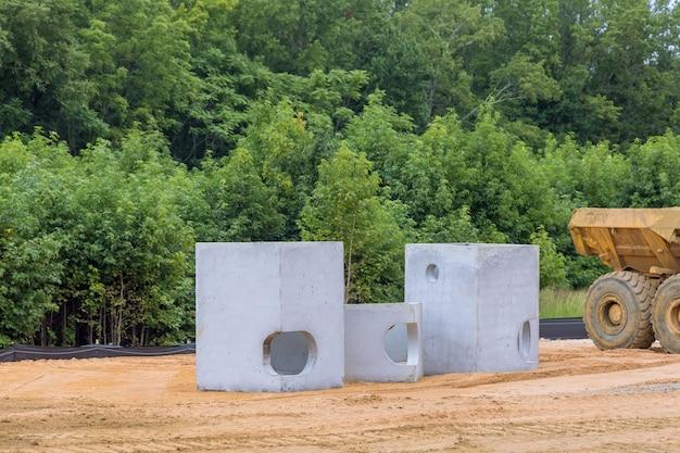 Tubos de concreto para construir sistemas de drenagem em grandes tubos de drenagem de cimento para construção de edifícios industriais, foco seletivo.
