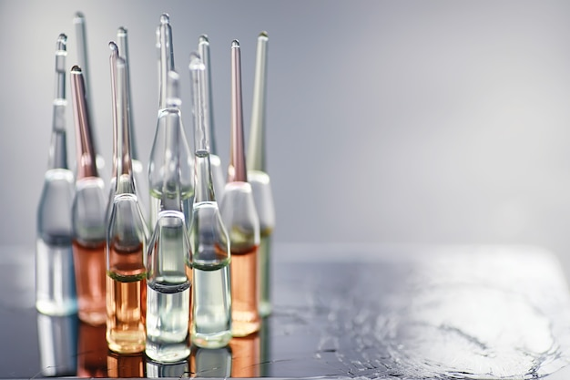 Tubos de ensaio com drogas e testes para testar as vítimas e tratar os infectados. ampolas com medicamentos. conjunto de tubos de ensaio com medicamento.