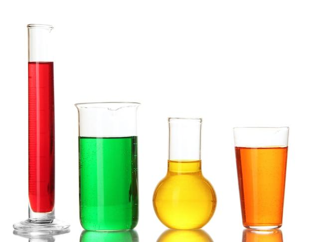 Tubos de ensaio com líquidos coloridos isolados no branco