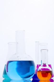 Tubos de ensaio com líquidos coloridos