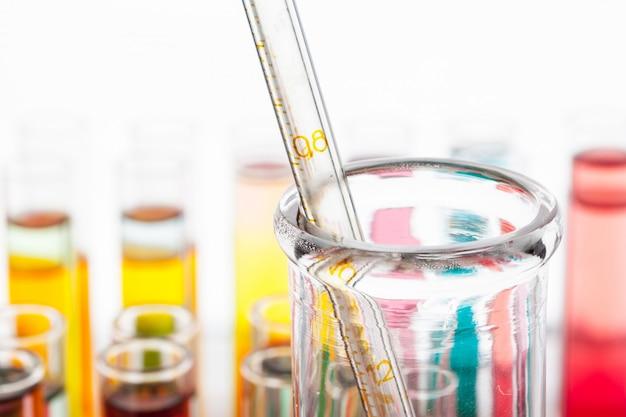 Tubos de ensaio com produtos químicos coloridos close-up em laboratório