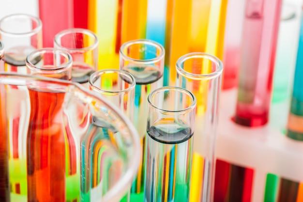 Tubos de ensaio com produtos químicos coloridos fechar em laboratório