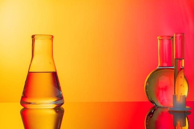 Tubos de ensaio de vidro em fundo vermelho