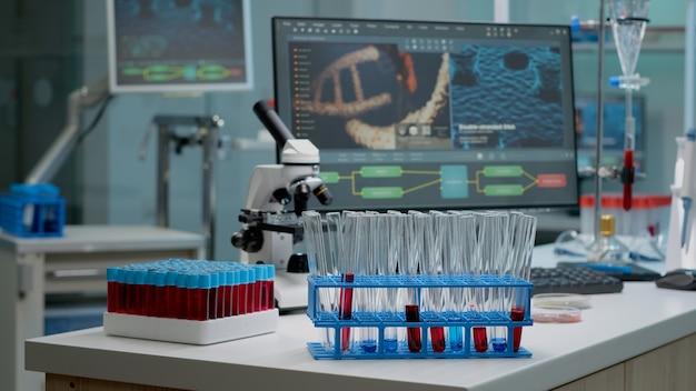 Tubos de ensaio médico com sangue na mesa do laboratório