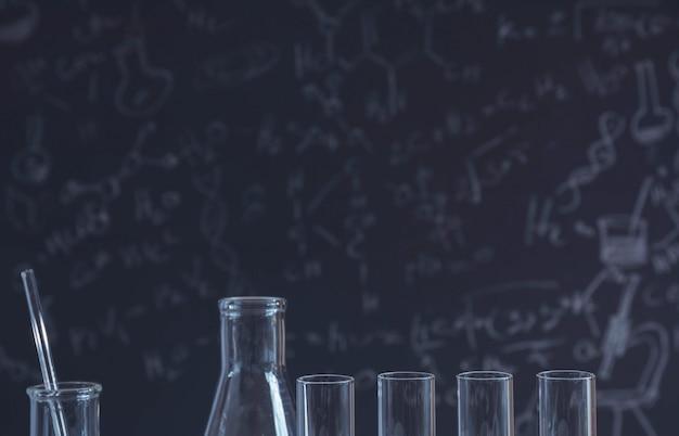 Tubos de ensaio químico de laboratório de vidro com líquido para pesquisa analítica, médica, farmacêutica e científica.