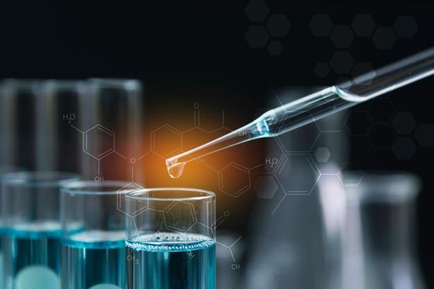 Tubos de ensaio químicos de laboratório de vidro com líquido para análise