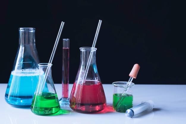 Tubos de ensaio químicos de laboratório de vidro com líquido
