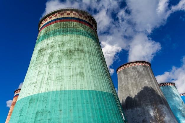 Tubos de fábrica largos e altos
