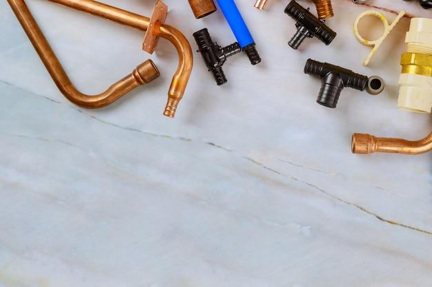 Tubos de polipropileno, ferramentas de corte de tubos, adaptadores, luvas de trabalho no abastecimento de água