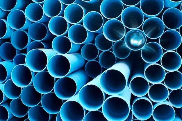 Tubos de pvc azuis empilhados