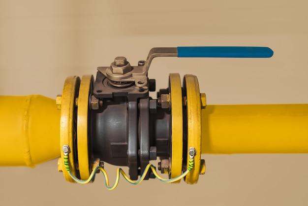 Tubos e válvula de corte em uma empresa industrial