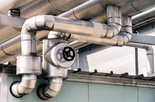 Tubos industriais na refinaria de petróleo e gás