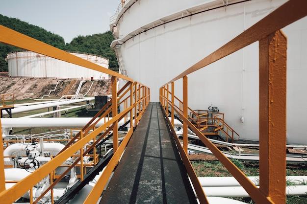 Tubos longos de aço e flange em fábrica de tanque de petróleo bruto durante a refinaria indústria petroquímica em destilaria de gás