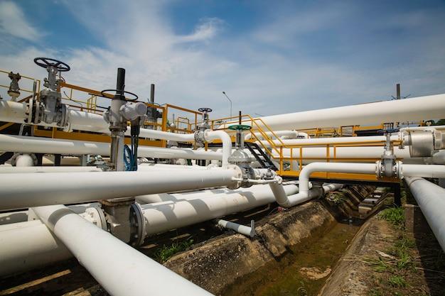 Tubos longos de aço em fábrica de tanque de petróleo bruto durante a refinaria indústria petroquímica em destilaria de gás
