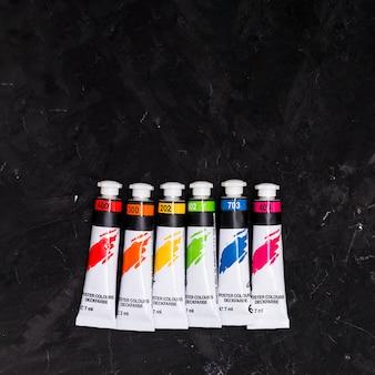 Tubos multicoloridos de cores do arco-íris