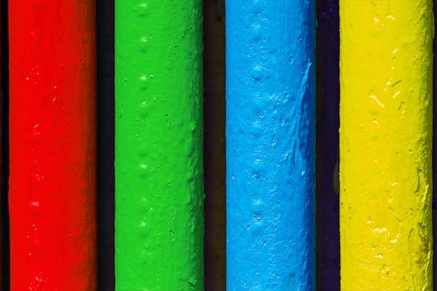 Tubos pintados nas cores do famoso logotipo do fabricante de software.