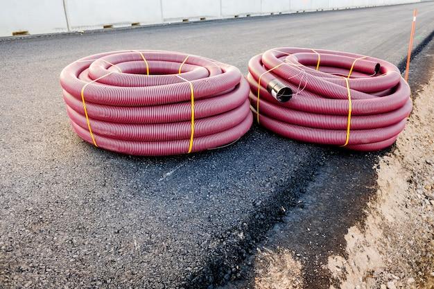 Tubos plásticos para instalação de cabos elétricos em uma nova construção.