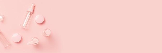 Tubos vazios para cosméticos em uma superfície rosa pastel