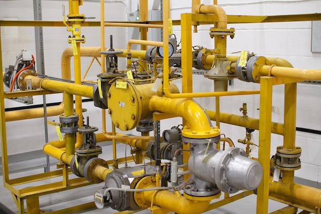 Tubulação amarela de gasoduto de alta pressão com sensores de ajuste.