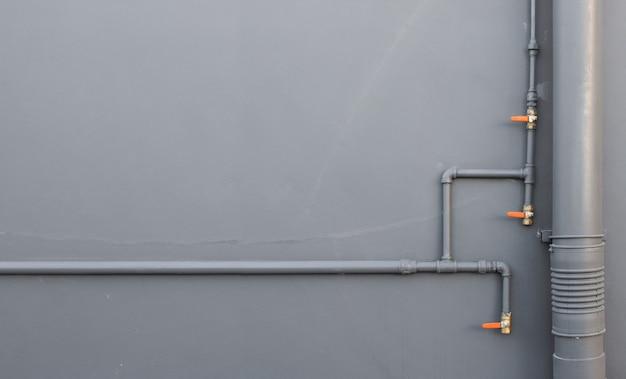Tubulação de água closeup instalar no fundo da parede de tijolo