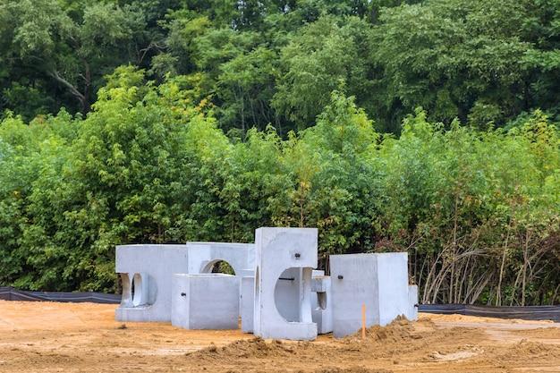 Tubulação de drenagem de concreto em um sistema de esgoto empilhado em construção