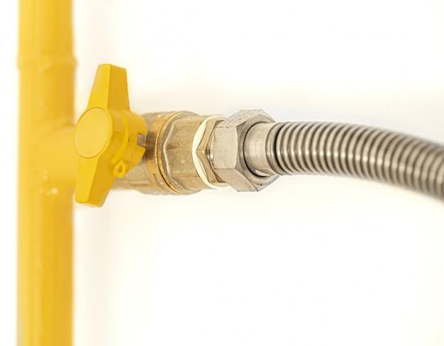 Tubulação de gás amarela com válvula.