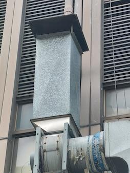 Tubulação de ventilação e ar condicionado instalada no exterior do prédio.