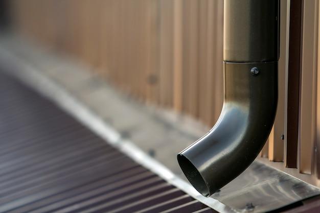 Tubulação do sistema de metal da calha marrom.