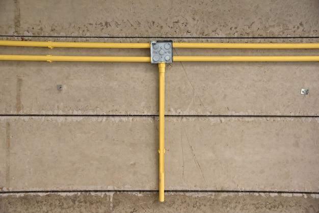 Tubulação e cabos elétricos em construção