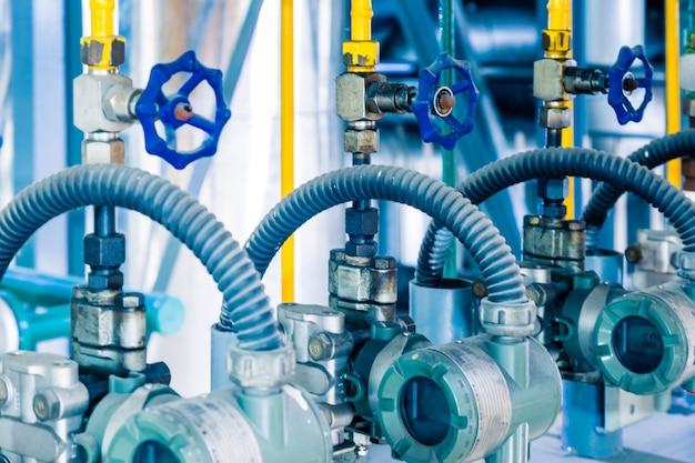 Tubulações de aço e cabos em uma planta