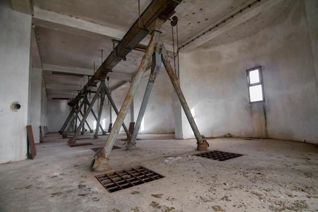 Tubulações interiores de uma fábrica abandonada do silo de grão.