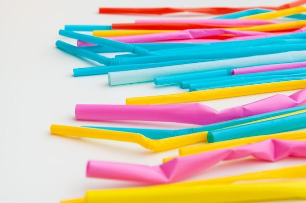 Túbulos coloridos para suco e cocktails close-up