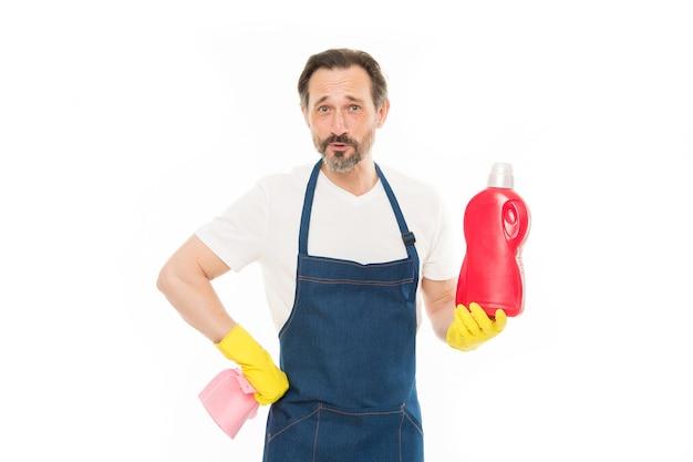 Tudo deve ser perfeito. serviço de limpeza e serviço doméstico. homem com luvas de borracha segurar o frasco de agente de limpeza químico de sabão líquido. cara barbudo limpando a casa. conceito de casa de limpeza. esfregue para brilhar.