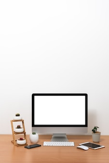 Tudo em um computador, mouse, teclado, smart phone, tablet, potes de cactos e vaso de plantas
