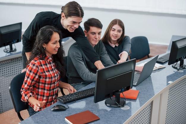 Tudo vai ser incrível. grupo de jovens com roupas casuais, trabalhando em um escritório moderno