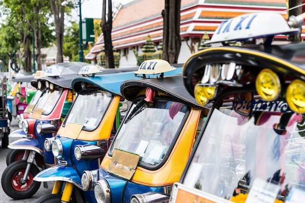 Tuk tuk estacionamento é uma fila na rua esperando o turista