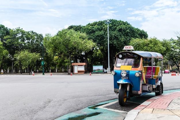 Tuk tuk estacionamento na rua esperando o turista