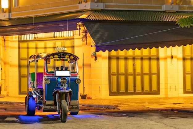 Tuk-tuk tradicional de bangkok, tailândia,