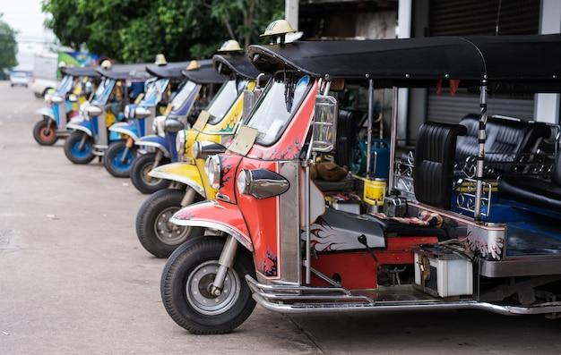 Tuk tuk tradicional parque de estacionamento de táxi em linha