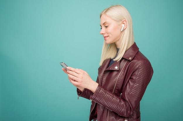 Tula, rússia - 1º de maio de 2019: mulher feliz ouvindo música apple airpods wireless - imagem