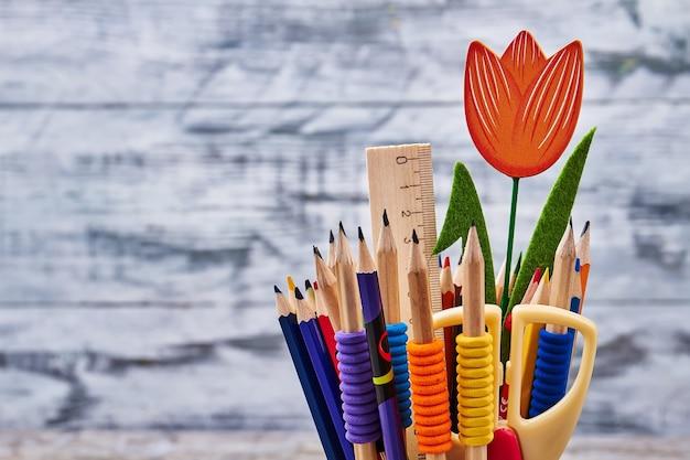 Tulipa decorativa e artigos de papelaria. arte é meu hobby favorito.