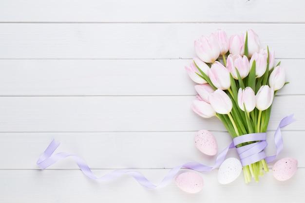 Tulipa rosa pastel em branco. páscoa.