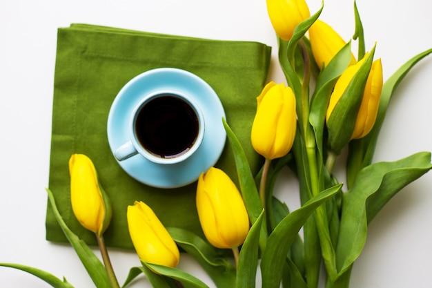 Tulipas amarelas com uma xícara de café