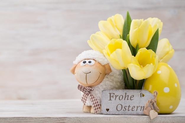 Tulipas amarelas, flores da primavera e decoração de páscoa