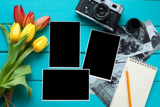 Tulipas, câmera retro vintage e o bloco de notas.
