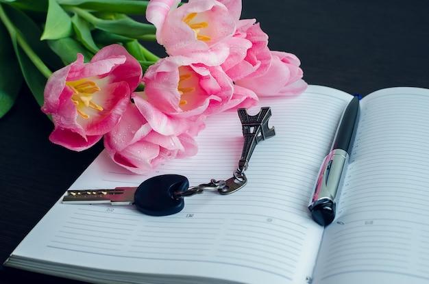 Tulipas com caneta e chave