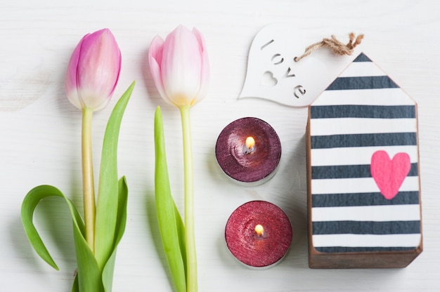 Tulipas cor de rosa e caixa de presente com fita vermelha