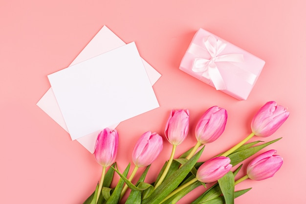 Tulipas cor de rosa e caixa de presente