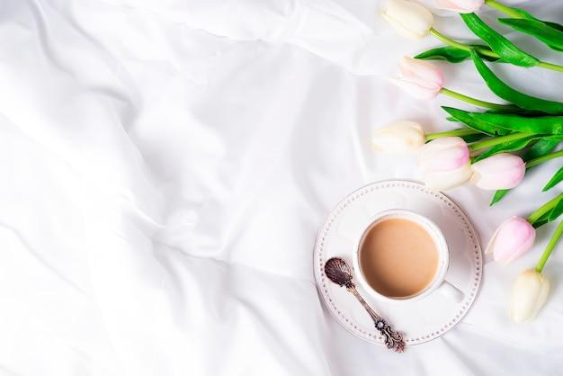Tulipas cor de rosa e xícara de café