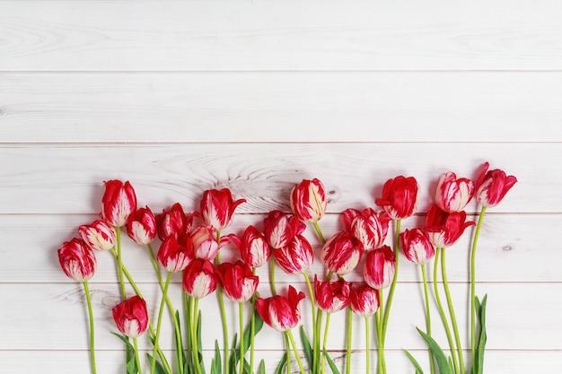 Tulipas da primavera na mesa de madeira.